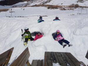 Auch im Winter kann man bei uns übernachten und wir haben noch richtig viel Schnee zum draussen Spielen